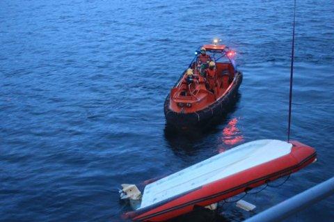 BERGES OM BORD: Rib-en tilhørende UiT ble berget om bord i KV Heimdal etter uhellet hvor båten kjørte på en hval. To personer ble også reddet fra vannet av kystvaktskipet i Kaldfjorden. Foto: KV Heimdal