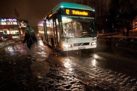FLASKEHALS: Stakkevollveien er et problem for bussene i Tromsø. Derfor ønsket politikerne å utvide veien til fire felt der to er kollektivfelt. Nå kan det bli en annen løsning.