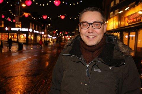 NEGATIV: Raimo Valle i Tromsø Sameforening NSR sier det er bra at det blir aktivitet i sentrum og at byen har mange turister, men reagerer på at flere av turistbutikkene har falske sameprodukter.