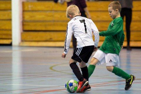 En rekke av fotballklubbene i Tromsø har hatt møter den siste tiden, der de ønsker å samarbeide for å heve Tromsø-fotballen. Etter hvert ønsker de å inkludere TIL. Målet skal være et tettere samarbeid mellom TIL og byklubbene, der en kompetanseheving og økt forståelse også kan bidra til økt engasjement og entusiasme rundt TIL. PS! Bildet er fra Julestjerna i Tromsø i år, og spillerne på bildet har ingen direkte sammenheng med saken.