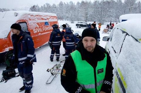 ETTERFORSKER: Politiet etterforsker det de mener er en knivstikking i Manndalen i Kåfjord i helga. Det forteller Stig Rasmussen (til høyre) ved Nordreisa lensmannskontor.