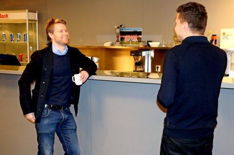 Tom Høgli på plass på Alfheim tirsdag, sammen med TILs sportssjef Svein-Morten Johansen – på vei inn i et møte med Johansen og hovedtrener Bård Flovik.