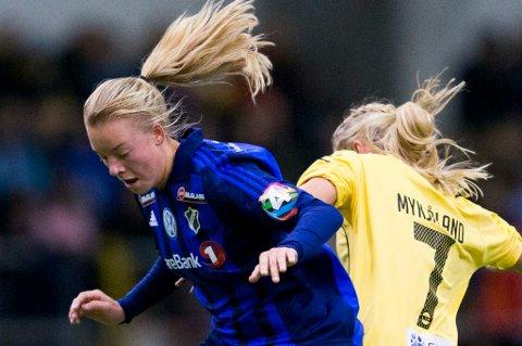 Marie Dølvik Markussen (t.v.) fra Tromsø, her i duell for Stabæk mot Lillestrøms Lene Mykjåland, fikk utmerkelsen årets mål i toppserien. Premien som vanker er noe utradisjonell.