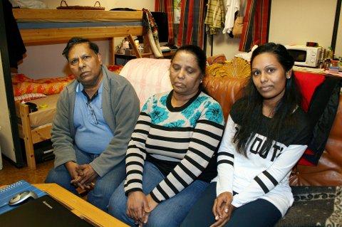 VENTER: Dilani Collin (t.h.) med moren Mary Angela og faren Anthony håper på et nytt mirakel.
