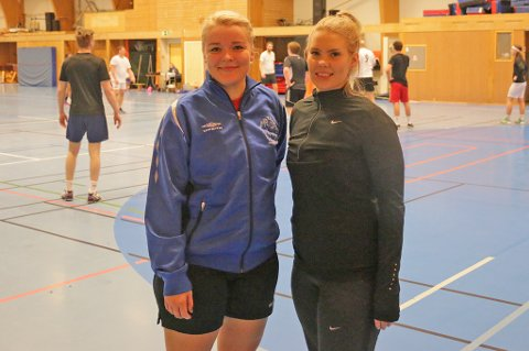 ARRANGØRER: Ida Therese Knudtsen (t.v.) og Malin Myrvoll arrangerte - og koste seg - i Tromsdalshallen tirsdag.