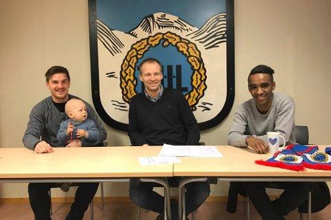 DOBBELSIGNERING: TUIL signerte tirsdag nye kontrakter med Vegard Lysvoll og Mohammed «Mo» Ahamed. I midten sitter daglig leder Roger Ness.