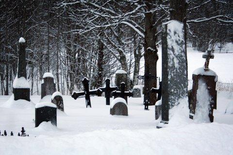 KIRKEGÅRD: Utenbygds boende må betale en egen avgift for gravplassen. (Bildet er fra den gamle kirkegården i  Tømmervik.)
