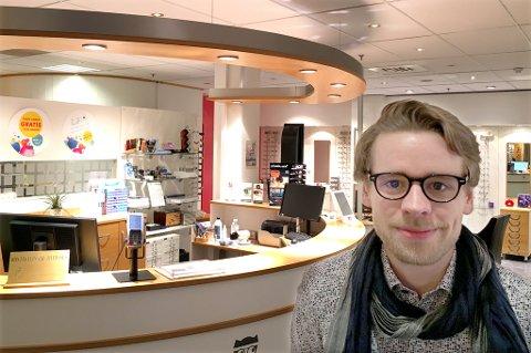 LEI KLOAKKLUKT: Aksel Roald Skogvil er sønn av daglig leder Roald Skogvik, og vil snart overta virksomheten. Han beroliger kundene sine med at det er som regel de ansatte på ettermiddags- og kveldstid som blir plaget av vond kloakklukt, og da som regel ved spring- og stormflo.