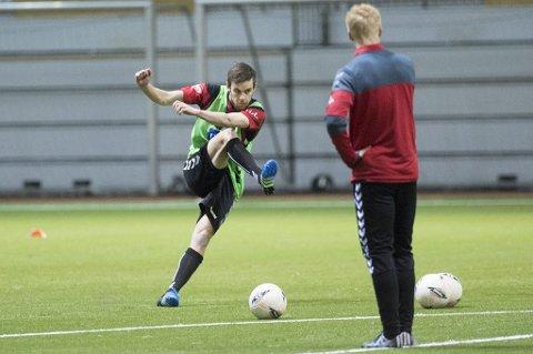 Remi Johansen i aksjon på Branns trening onsdag. Rett etterpå dro 25-åringen fra Ringvassøy i medisinsk sjekk. Trolig presenteres han snart som Brann-spiller.