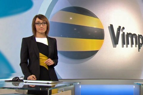 SKIFTET KJOLE: Ingerid Stenvold forteller at hun hadde skiftet kole om hun hadde fått med seg at Vimpelcom-logoen ble vist bak henne. Foto: Skjermdump NRK