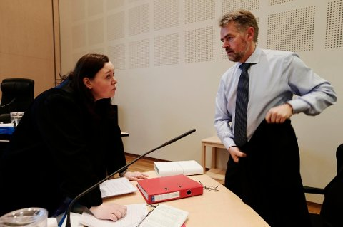 FORSVARER: Advokat Tore Pedersen er forsvarer for 41-åringen som nå er dømt til åtte måneders fengsel for vold og trusler mot sin fraseparerte kone. Her avbildet sammen med politiadvokat Aase Widding i forbindelse med en annen sak.