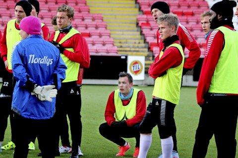 VIL VEKK: Elias Skogvoll (midten) har 24 landskamper for Norge. Nå vurderer TIL å frigi han.