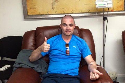 Stian Kristoffersen med drypp i armen i Mexico. Dette bildet la han selv ut sammen med meldingen om at han er ferdig med sin stamcellebehandling, og klar for hjemreise til Tromsø.