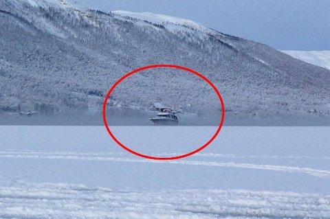 SKAPTE FRYKT: Båten, som for to uker siden skapte frykt blant isifiskere i Ramfjord. Foto: Geir-Oskar Isaksen)