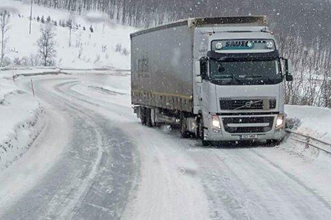 Her står vogntoget fast i motgående kjørefelt like nord for Bjerkvik.