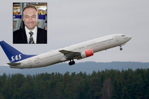 LANG TUR: En flytur fra Lonyearbyen til Tromsø ble betydelig mye lengre enn passasjerene hadde trodd. Infosjef i SAS, Knut Morten Johansen, beklager til passasjerene. Foto: NTB