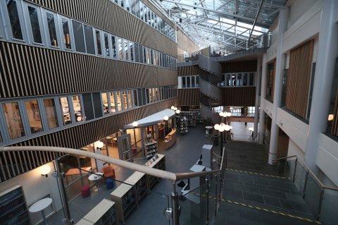 STILLE OG ROLIG: Klokka 11.15 var det lite aktivitet i foajeen på Breivika videregående skole.