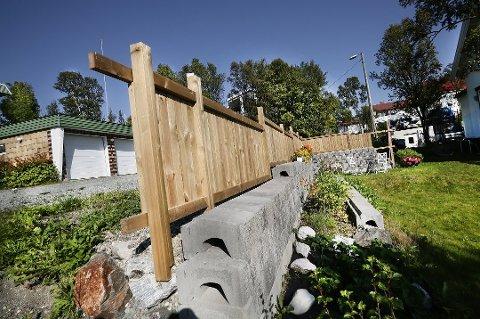 STRIDENS KJERNE: Vedkommende som har bygget dette, mener at det er et gjerde. Naboen hevder det er en levegg og dermed søknadspliktig. Fylkesmannen i Troms har gitt ham rett.