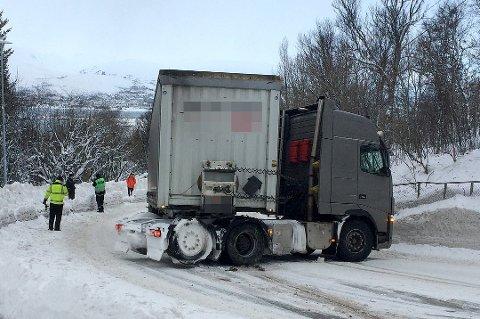 PÅ TVERS: Dette er ikke et uvanlig syn i Langnesbakken vinterstid. Tunge kjøretøy får problemer is tigningen, på glatt føre. Nå skal kommunen skilte, får å få dem til å velge andre veier.