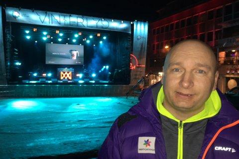 ALT KLART: Vinterlyds presseansvarlige Arild Domaas foran scenen i Tromsø fredag kveld. Kan det komme opp mot 10.000 her lørdag?