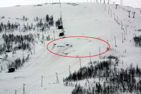 BARMARK: Det har regnet så mye de siste dagene at bakken i Tromsø Alpinpark lider. Flere steder er det nå barmarksflekker. Foto: Are Medby