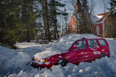 Denne bilen er forlatt ved Elverhøy kirke. Og Kirkevergen kan ikke gjøre noe for å få den tauet vekk. Foto: Torgrim Rath Olsen