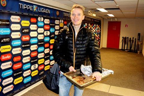 Christer Johnsgård med TILs helsepannekaker etter torsdagens treningsøkt på Alfheim. 29-åringen lyser opp ved tanken på at han om knappe to uker kan være eliteseriespiller på heltid.