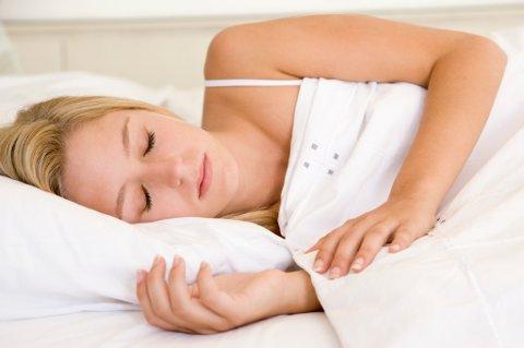 INNSOVNING: Har du lurt på hvorfor du rykker til like før du sovner?