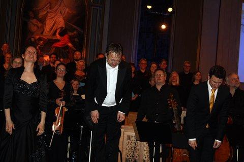 Dirigent og solister med belønnet med stående applaus etter konserten i Tromsø Domkirke torsdag kveld.