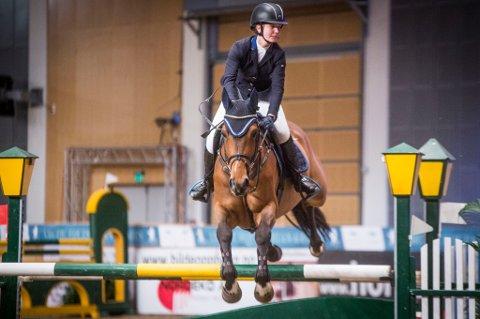 Marlen Nyborg i aksjon i Stokke på hesten Quantum BZ. 20-åringen fra Balsfjord gikk helt til topps i Gold Tour i det internasjonale stevnet.