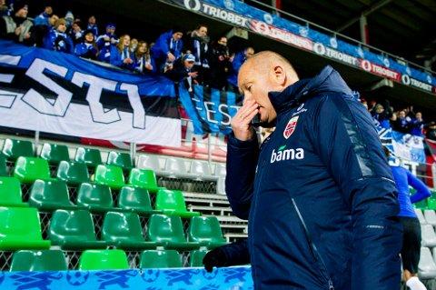 Norges landslagssjef Per-Mathias Høgmo forlater banen etter privatlandskampen i fotball mellom Estland og Norge på A. Le Coq Arena i Tallin torsdag kveld. Kampen endte 0-0.