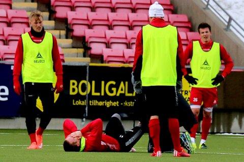Aron Sigurdarson ligger nede med smerter i kneet etter å ha blokkert et skudd, og får behandling av fysioterapeut Einar Hauglid. Tirsdag vet man mer om skadeomfanget for islendingen.
