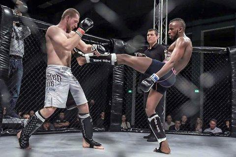 Abdi Farah (t.h.) gjør det meget skarpt i den omstridte kampsporten MMA. I helga dro han hjem fra England til Tromsø som europamester i lettvekt fullkontakt. Dette bildet er fra en tidligere kamp.