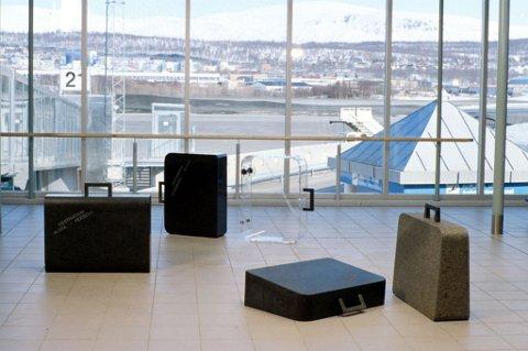 Gjenglemt bagasjeffertene i kunstverket Gjenglemt bagasje ut. Foto: KORO