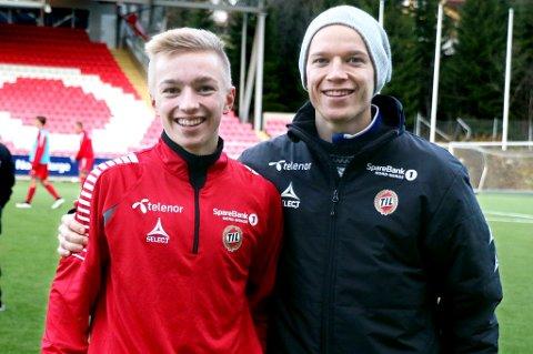 Henrik Johnsgård (t.v.) fikk to kamper for G17-landslaget mot Ungarn. Her sammen med storebror og A-lagsspiller Christer, som han kan komme til å få spille flere kamper sammen med i årets PostNord-liga for TIL 2.
