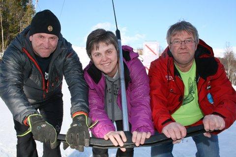 Frank Vangen (t.v.), Pia Renate Vestad og Roger Haugnes med skiheisen i Sandviklia.