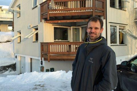 UNDERSØKTE: Kjetil Brautli og annen nabo undersøkte om leiligheten det brant i var tom eller ikke. Foto: Marte Hotvedt