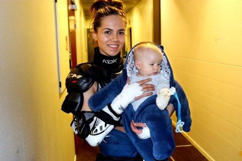 Katrine Goncalves Pedersen sammen med sønnen Marco (snart 4 måneder) midtveis i søndagens kamp mot Stavanger. Tromsø-spilleren ammer sønnen i garderoben mens pausepraten går, før det bærer ut på isen igjen.