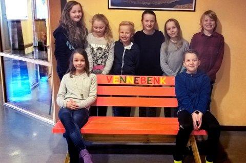 Her er elevrådet avbildet med den nye vennebenken på Mortensnes skole. Bak benken: fra venstre: Mathilde, Lise, Sindre, Lisa, Tuva og Simon På benken fremme:  Fride og Elias.