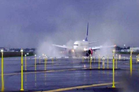 SKLIR AV: Dette bildet er tatt fra overvåkningskamera på Oslo Lufthavn klokken 18.59. SAS-flyet kommer inn for landing, men så går det galt. Foto: SHT/Oslo Lufthavn