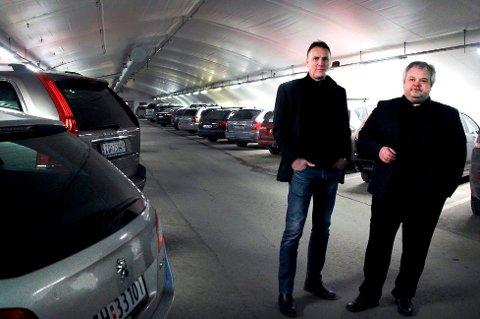 Tore Harry Paulsen (t.v.) og styreleder Peter Reinholdtsen i Tromsø parkering.