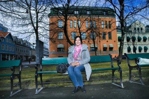 UTLØVER DUSØR: Mimi Sørensen hevder Sparebank 1 Nord-Norge har rotet vekk bankboksen hun leide av dem. Banken mener hun har vært delaktig i å avslutte avtalen og at hun har tømt bankboksen. - Jeg vet jo at de er et sted. Vi må bare finne ut hvor. Derfor utlover jeg minst ti tusen kroner i dusør til de som kan hjelpe meg med å finne gjenstandene, sier hun.