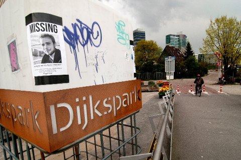 PLAKATER: Kay-Morten Rasmussen (27) fra Tromsø ble meldt i Amsterdam savnet forrige mandag. Siste sikre observasjon av ham i er 02.30-tiden natt til lørdag helgen i forveien. Siden har vennene hans hengt opp plakater av ham flere steder i Amsterdam, som her i Dijkspark.