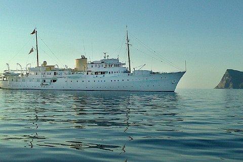 VED SOMMARØY: I 2012 ankret kongeskipet Norge opp ved Sommarøy en nydelig august kveld med like majestetiske Håja i bakgrunnen. Foto: Privat