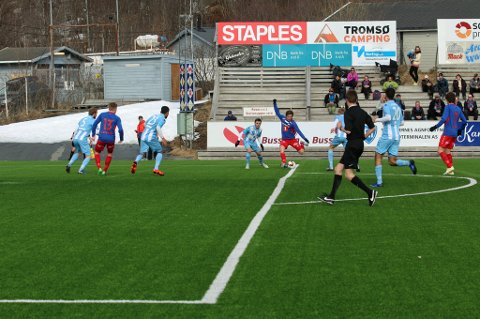 Steffen Skogvang Pedersen hamrer inn 1-0.