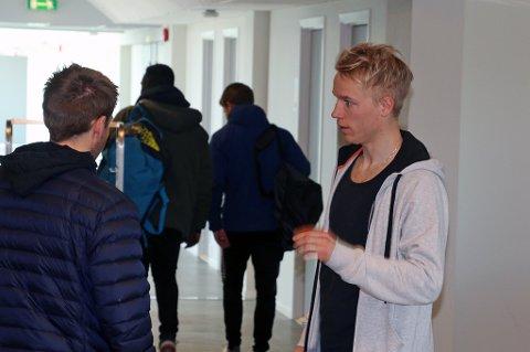 Christer Johnsgård er med i TIL-troppen mot Mjølner, og kan få sin A-lagsdebut for sin nye klubb. Her i samtale med tidligere EM-sprinter Henrik Johnsen.