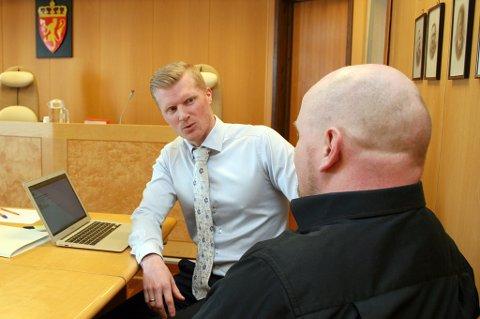 Advokat Mads Wallerheim (t.v.) med sin klient i Senja tingrett.