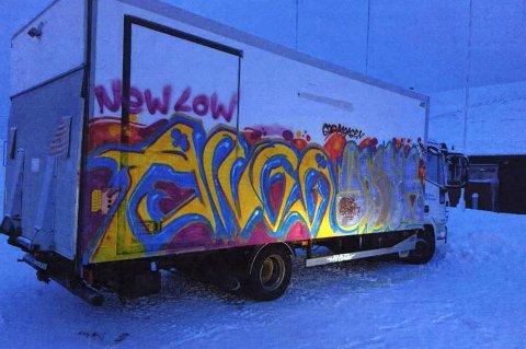 TILGRISET: Slik så Tromsø kommunes lastebil ut etter at noen hadde gått løs på den med sprayboks natt til 11. januar i år.