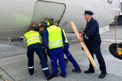 PILOT I SVING: Det skjer ikke ofte, sier pressekontakten i SAS, og berømmer teamarbeidet på Tromsø lufthavn.