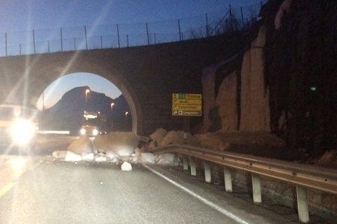 STORE ISMASSER: Slik så det ut på E8 i går kveld. - Hadde disse isblokkene truffet en bil, ville det endt med en stygg ulykke, sier Runar Øvergård. Foto: Runar Øvergård.
